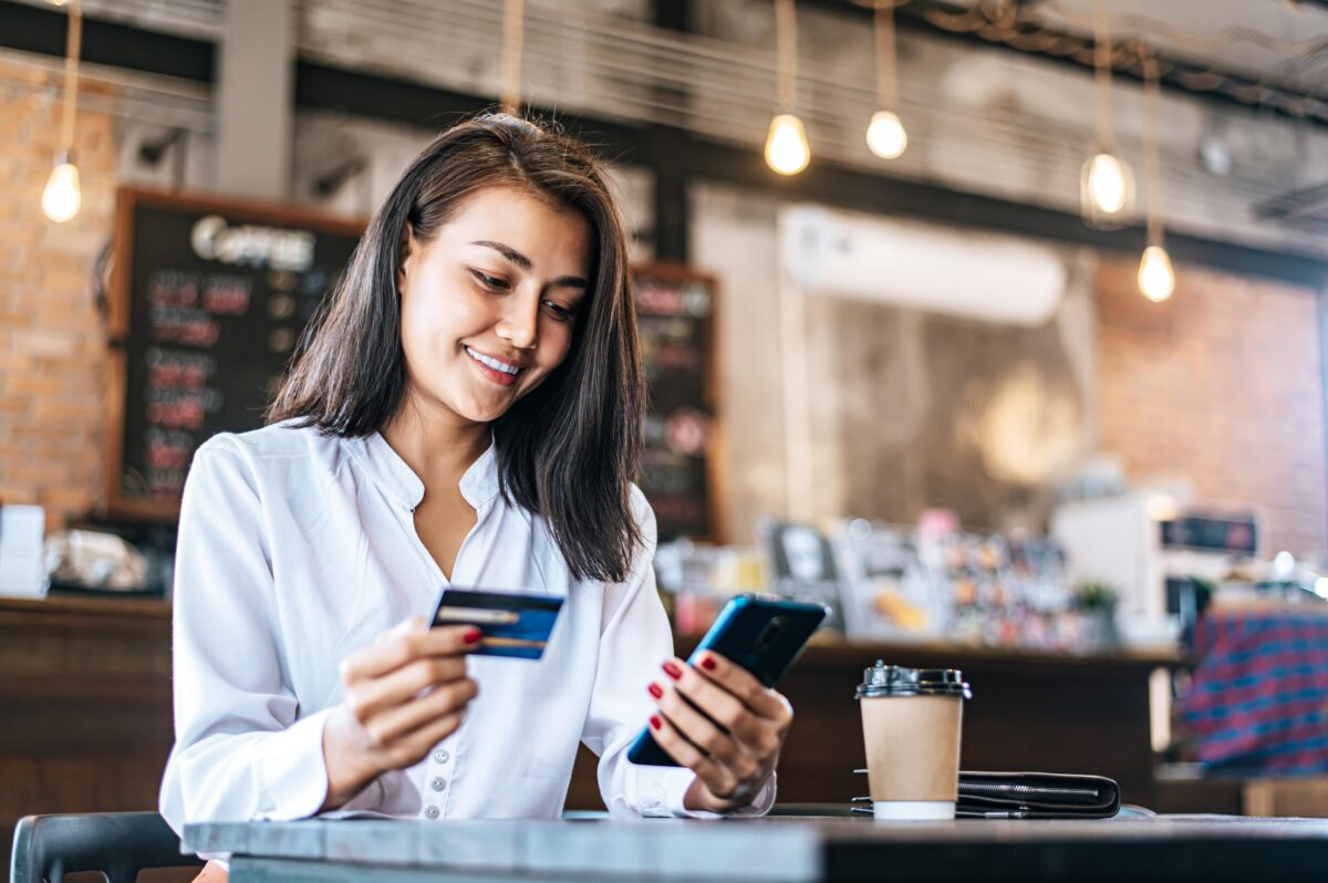 pay-goods-by-credit-card-through-smartphone-coffee-shop-min
