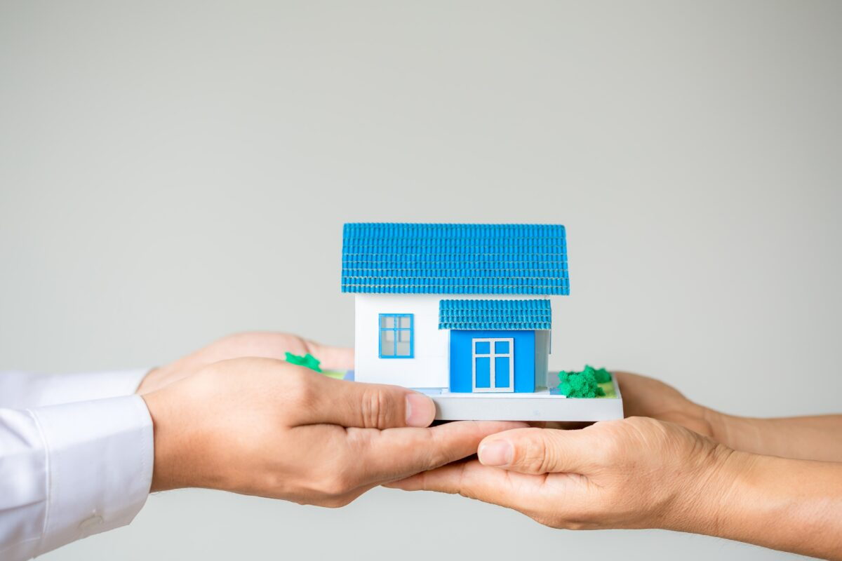 real-estate-broker-agent-presenting-and-consult-to-customer-to-decision-making-sign-insurance-form-agreement-min