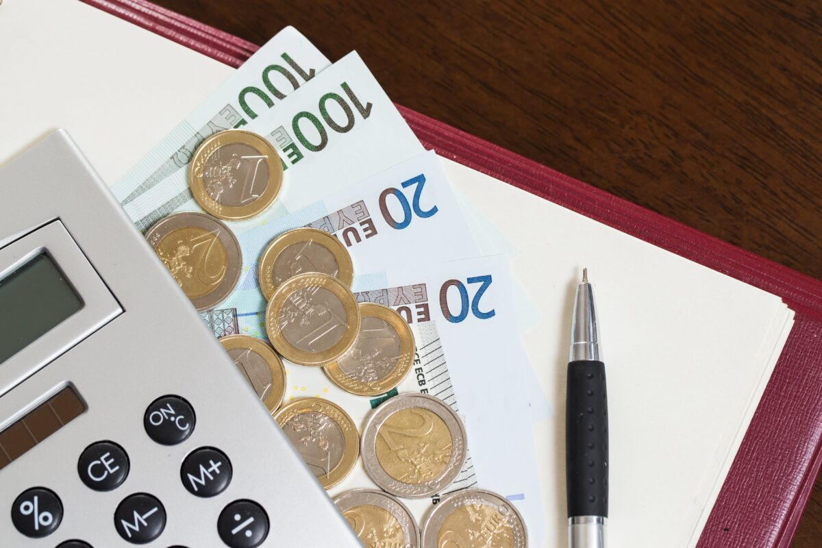 money-notepad-and-calculator-on-the-table (1)-min