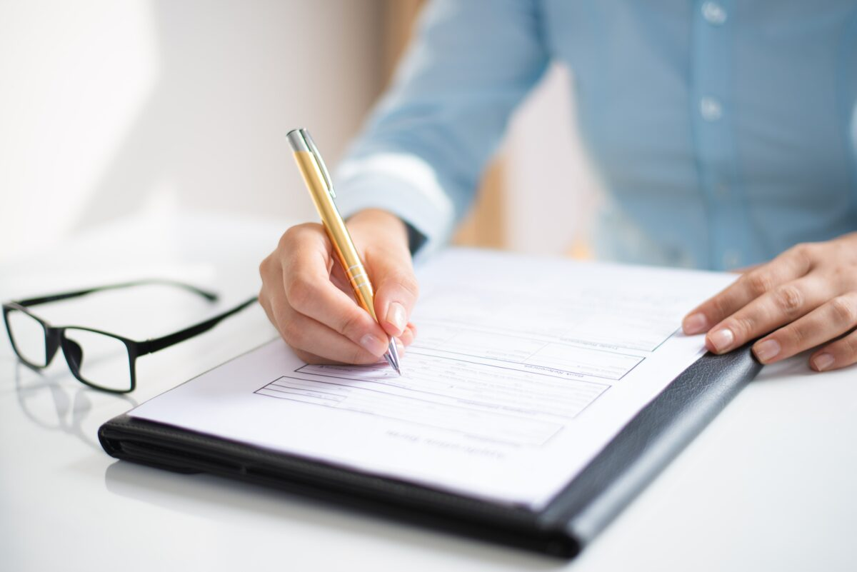 closeup-of-business-woman-making-notes-in-document-min (1)