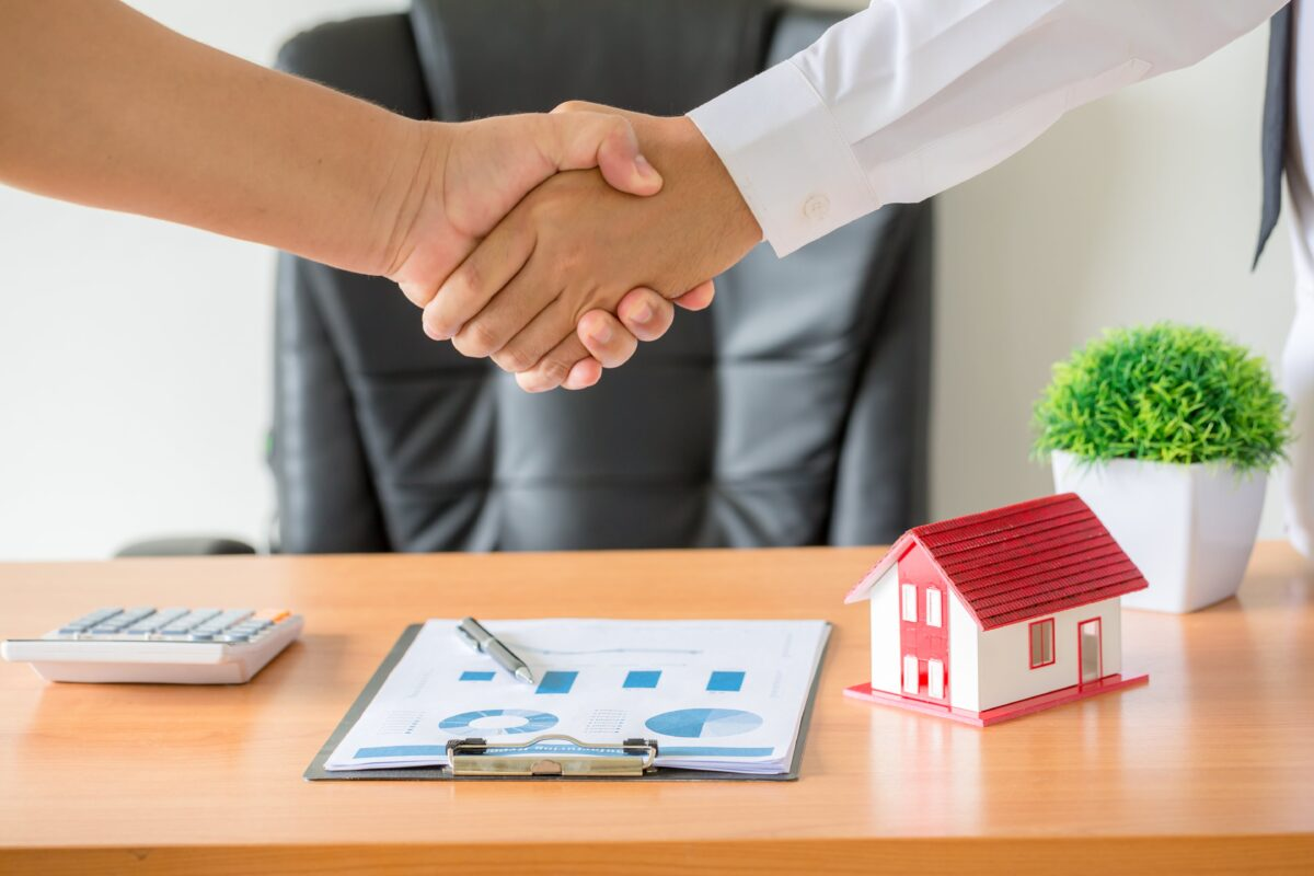 hands-of-agent-and-client-shaking-hands-after-signed-contract-buy-new-apartment-min