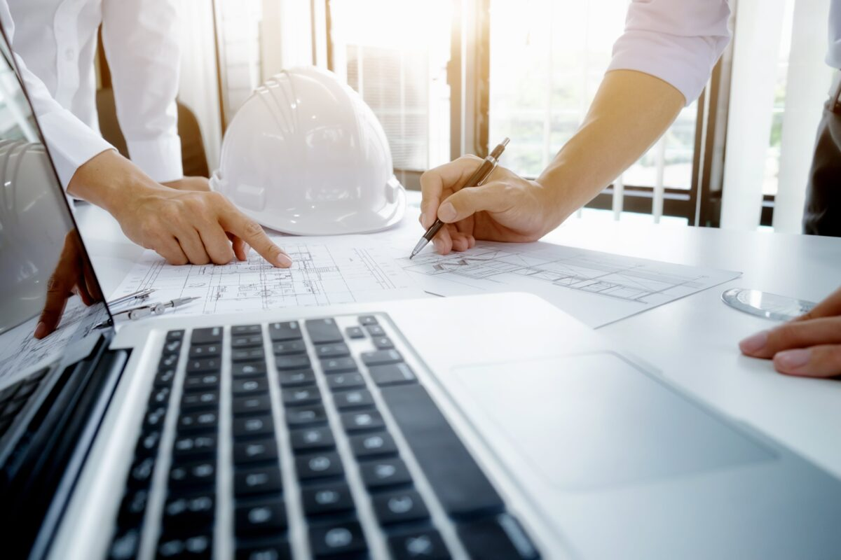 engineer-meeting-for-architectural-project-working-with-partner-min